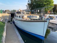 32ft. RAMPART MOTOR CRUISER -1972 - excellent