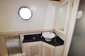 Bathroom (Starboard side)