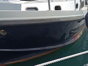 Cala Furia Fly Bridge 40  - Hull Close Up