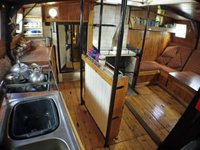 Lookinf forward in the saloon/galley from the sink