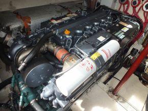 Luhrs 360 SX Express  - Engine