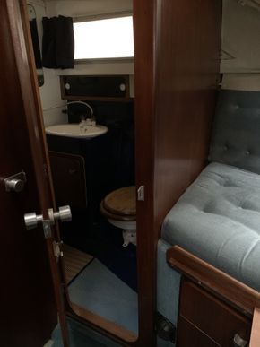 Forward cabin with access direct to head
