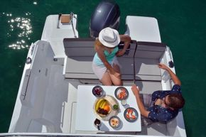 Jeanneau Merry Fisher 695 - cockpit seating and table