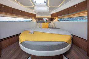 Jeanneau Merry Fisher 1095 Flybridge - forward cabin