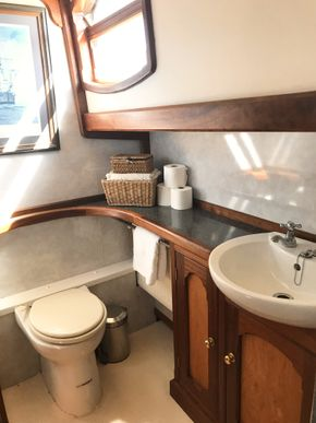 Main bathroom/shower room