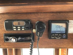 VHF Deckhouse, Autopilot repeater, FM/AM radio