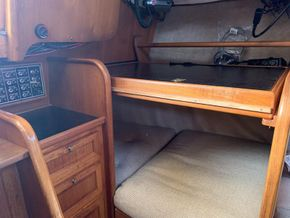 LM Mermaid 315 - Quarter berth and chart table