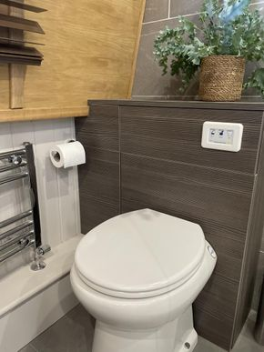 Leesan fully automatic porcelain toilet with soft close seat