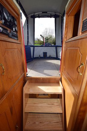 Steps onto cruiser stern