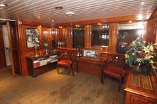 Hotel-dinner cruising barge
