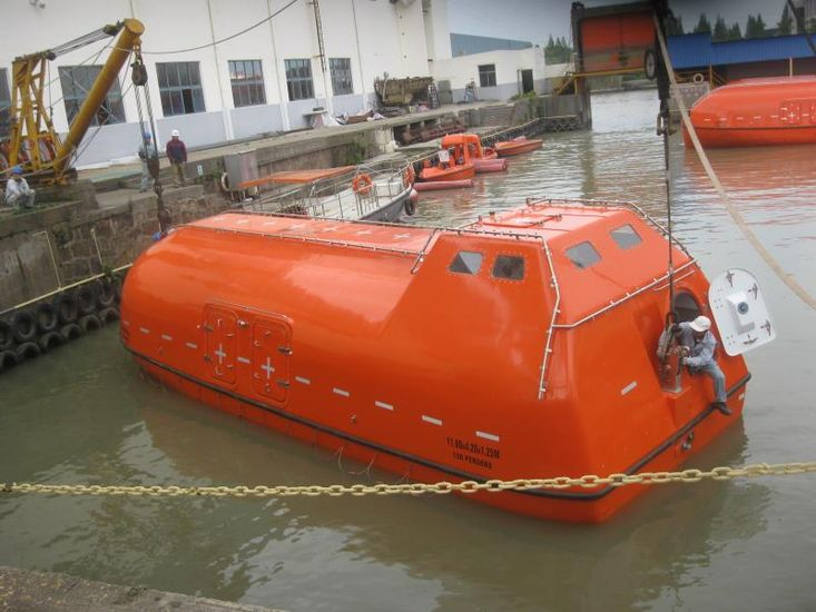 Lifeboats new 150p with davits (4)