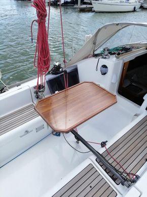 Detachable swivel cockpit table