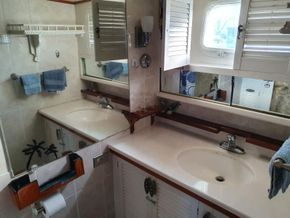 Sutton Trawler Yacht  - Heads