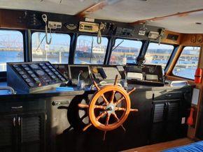 Sutton Trawler Yacht  - Helm