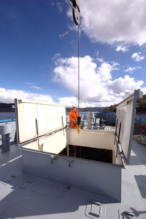 160 m3 cargo hold under foredeck