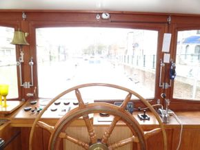 Handles well and has a large bow thruster