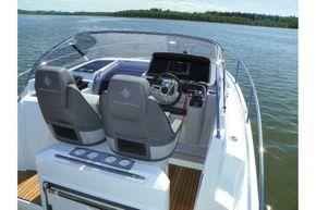 Jeanneau Cap Camarat 9.0 WA (sports boat / cruiser) - helm position
