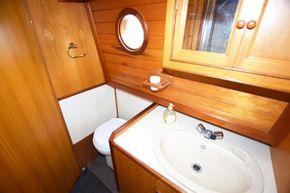 Bathroom (port side)