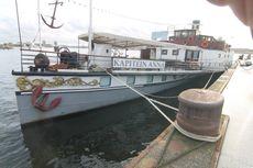 Hotel-dinner cruising barge