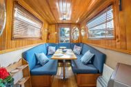 KEW BRIDGE: 2-bed traditional houseboat with panoramic views for rent