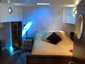 Belgium Spitz Dutch Barge Flat bottom, steel hull with rivets - Master Suite